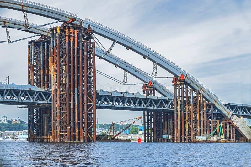 конструкция моста над рекой Временная стройка металла стоковое изображение rf