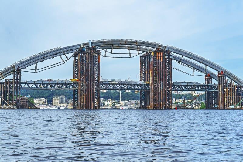 конструкция моста над рекой Временная стройка стоковое изображение rf