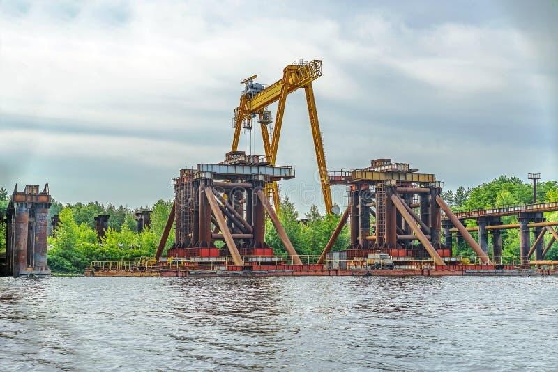 конструкция моста над рекой Временная стройка стоковые изображения rf