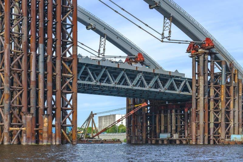 конструкция моста над рекой Временная стройка стоковые изображения