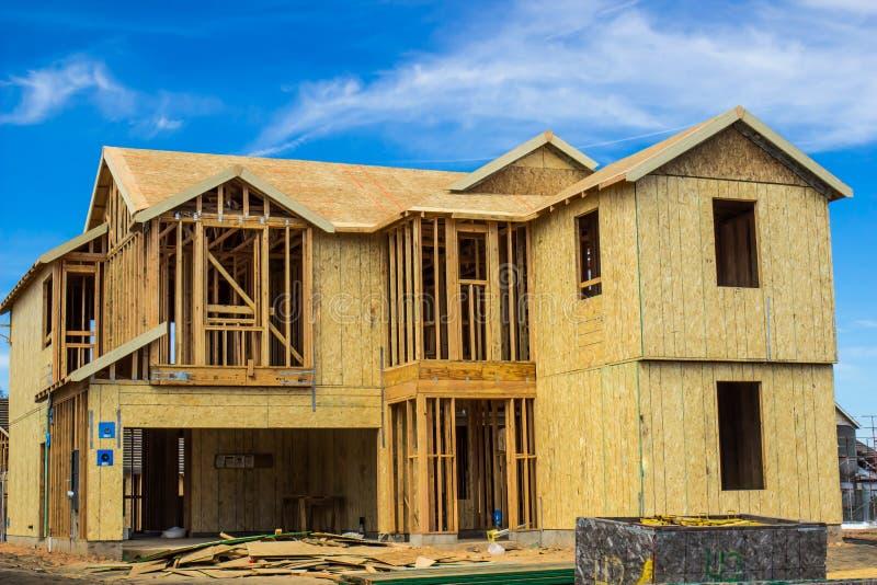 Конструкция нового дома 2 рассказов стоковое изображение