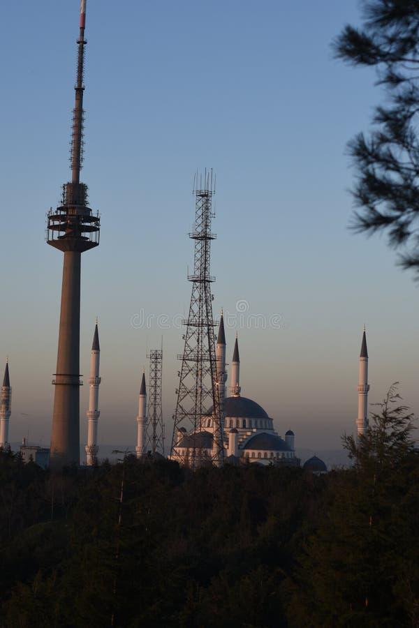 Конструкция одной из самой большой мечети Camlica мечетей в мире - в Стамбуле стоковое фото rf