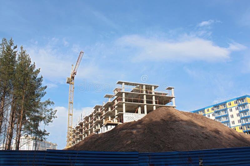 Конструкция дома, cran и куча песка стоковые изображения rf