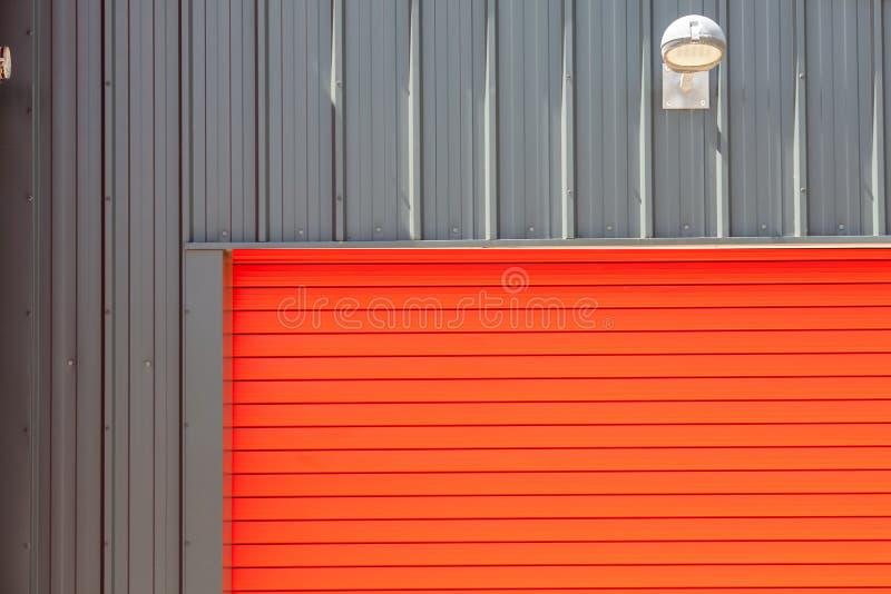 конструкция промышленная Яркий красный ролик здания склада металла sh стоковые фото