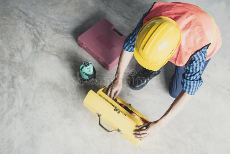 Конструкция работника находя инструменты мастера в toolbox внутри помещения a стоковые фотографии rf
