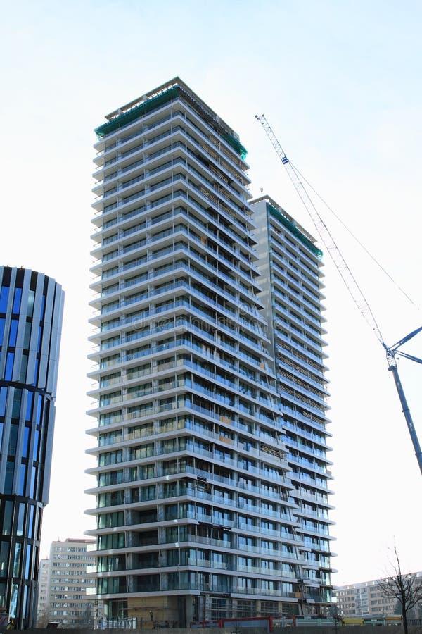 Конструкция современного дома с квартирами стоковые изображения rf