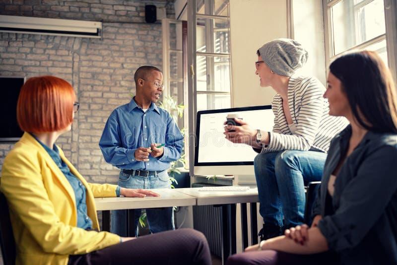 Консультация дела с менеджером в офисе стоковые фотографии rf