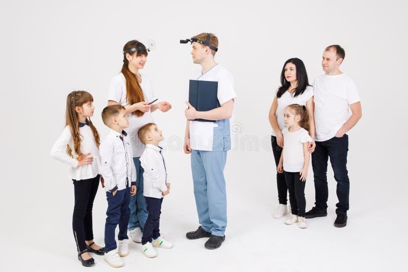 Консультация докторов и пациентов otolaryngologist - изолируют взрослые и детей на белой предпосылке стоковое изображение rf
