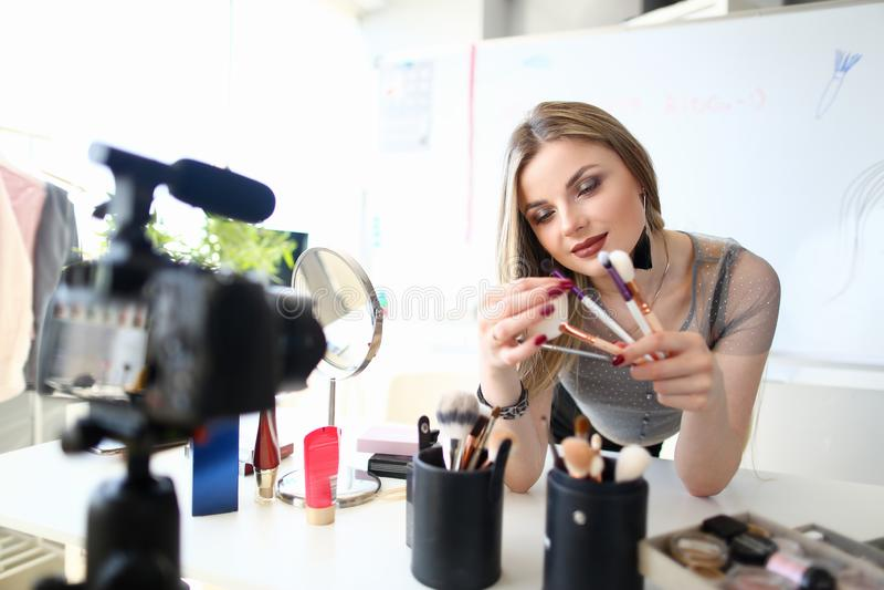 Консультация красоты женского блоггера Visagiste записывая стоковое фото rf