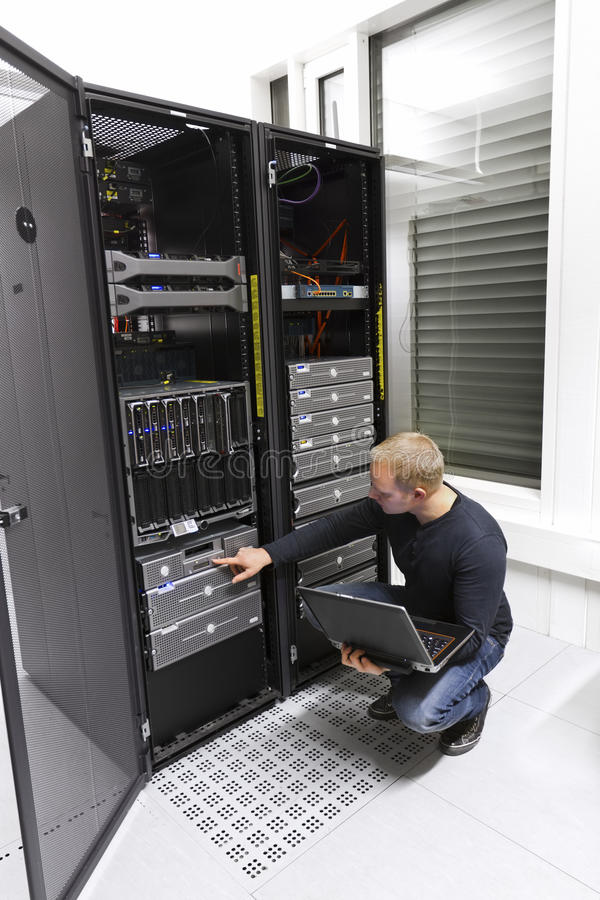 Консультант ИТ поддерживает подпорку в Datacenter стоковая фотография