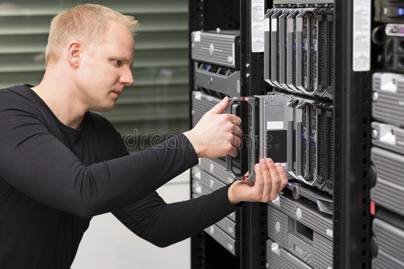 Консультант ИТ устанавливает нового сервера лезвия стоковое изображение rf
