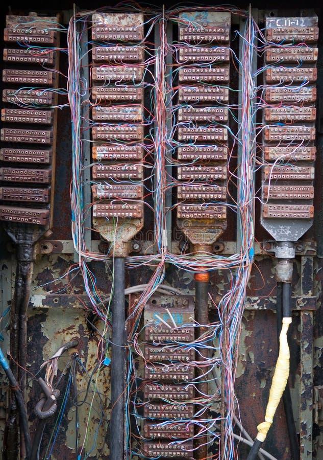 Контактные группы и провода в старом коммутаторе телефона стоковое фото