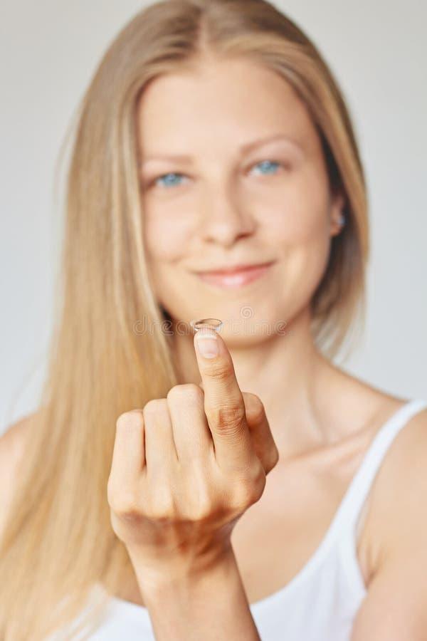 Контактные линзы удерживания молодой женщины Eyewear, зрение и зрение, забота глаза и концепция здоровья, офтальмологии и optomet стоковое фото rf