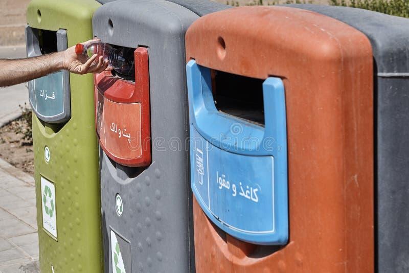 3 контейнера другого цвета пластичных ненужных для рециркулировать, Ya стоковая фотография rf