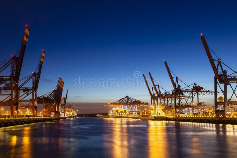 Контейнерные терминалы на ноче стоковые фото