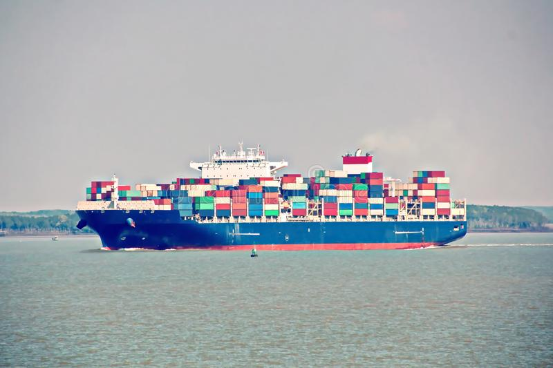 Контейнерный терминал и контейнеровоз на Меконге, порт Сайгон, Вьетнам Взгляд пристаней и кранов на восходе солнца стоковое фото