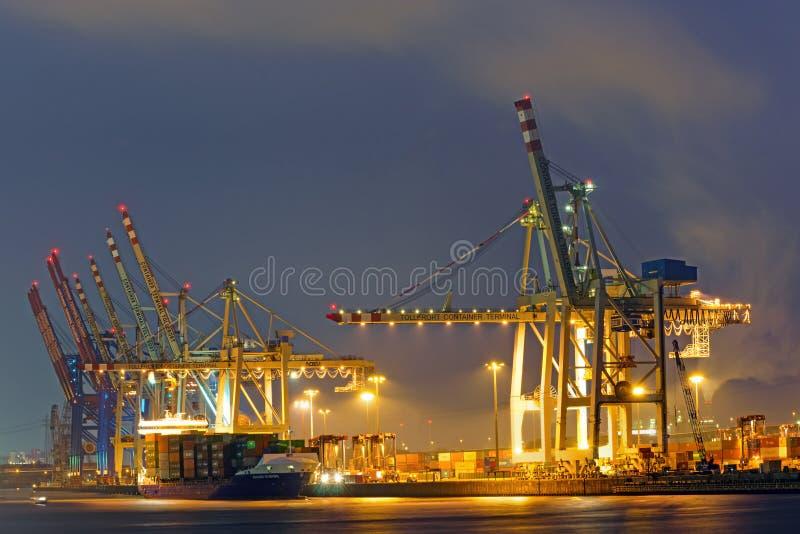 Контейнерный терминал в гавани Гамбурга стоковое изображение