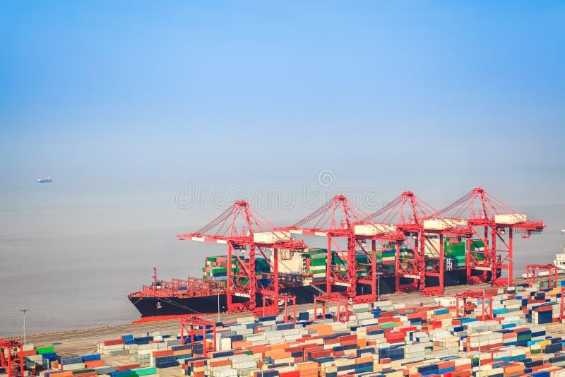 Контейнерный терминал с предпосылкой внешней торговли стоковые фотографии rf