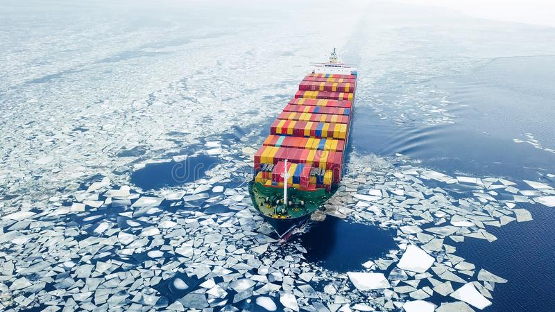 Контейнеровоз в море на зимнем времени стоковые фотографии rf