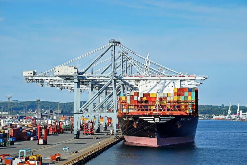 Контейнеровоз MSC INGY стыковал в порте Орхуса Дании стоковые фото