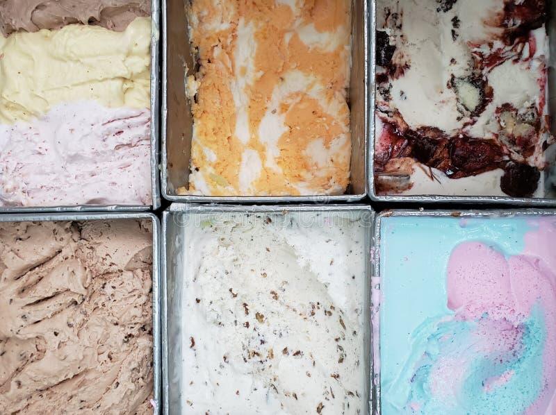 контейнеры металла с мороженым в различных вкусах, предпосылке и текстуре стоковое фото rf