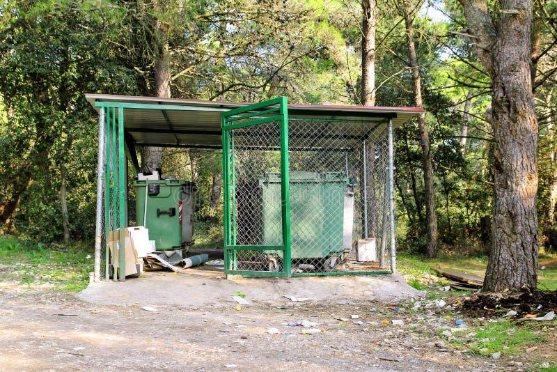 Контейнеры отброса в загородке арретируют/уложенные дневальным мусорные ящики для отдельного сбора мусора стоковая фотография