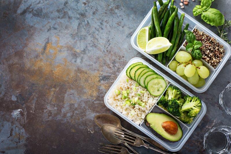 Контейнеры приготовления уроков еды Vegan зеленые с рисом и овощами стоковые изображения