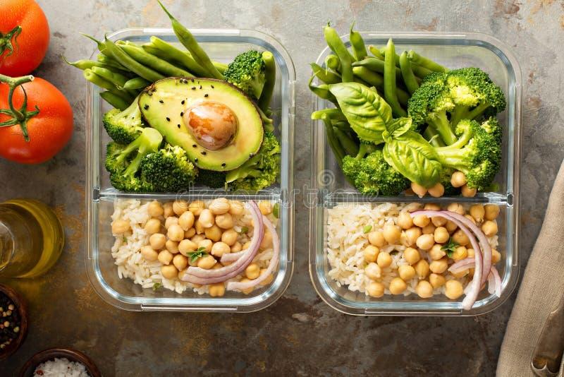 Контейнеры приготовления уроков еды Vegan с сваренными рисом и нутами стоковое фото rf