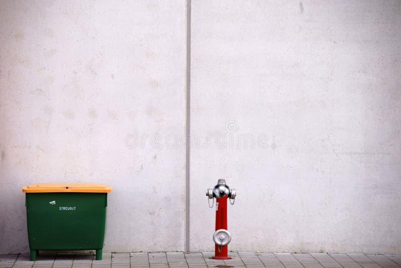Контейнер и жидкостный огнетушитель песчинки стоковое изображение rf