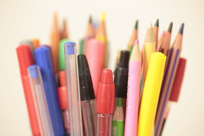 Контейнер с ручками и карандашами стоковые фотографии rf