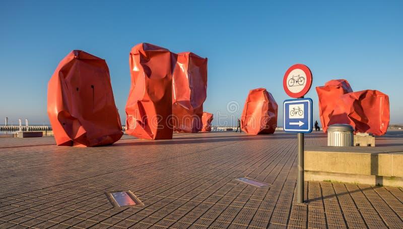 """Контекстуальный взгляд незнакомцы утеса художественного произведения """"около пляжа Oostende в Бельгии стоковое фото"""