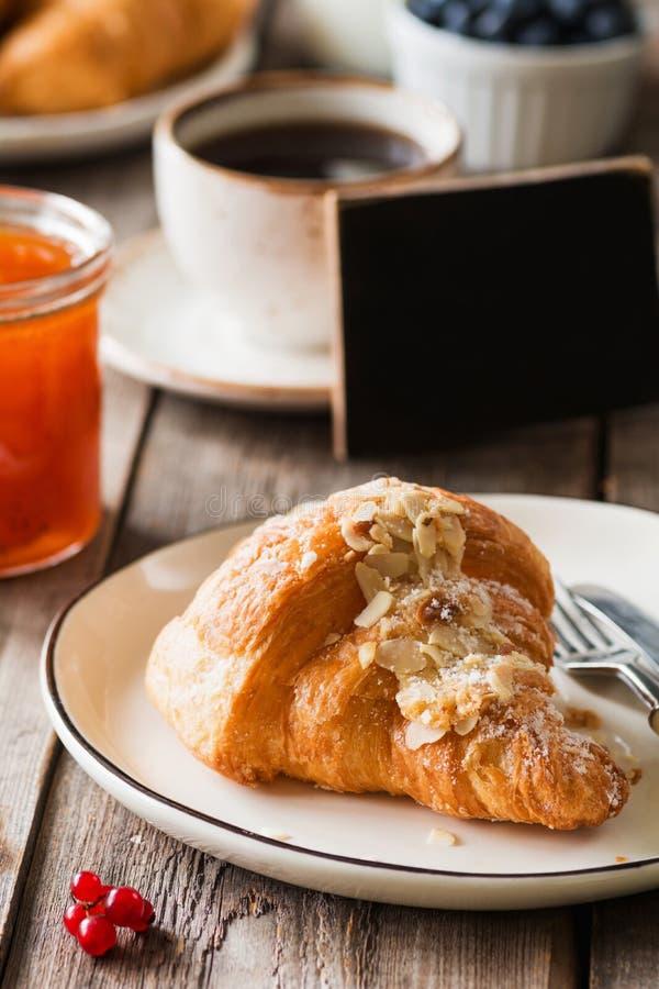 Континентальный завтрак с круассаном, вареньем и плодоовощами стоковые изображения