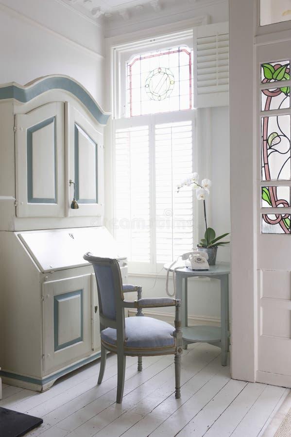 Контора, стул и таблица сочинительства окном стоковая фотография