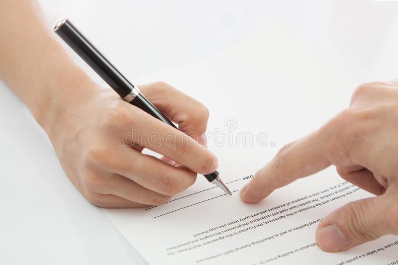 Контракт женской руки подписывая. стоковая фотография