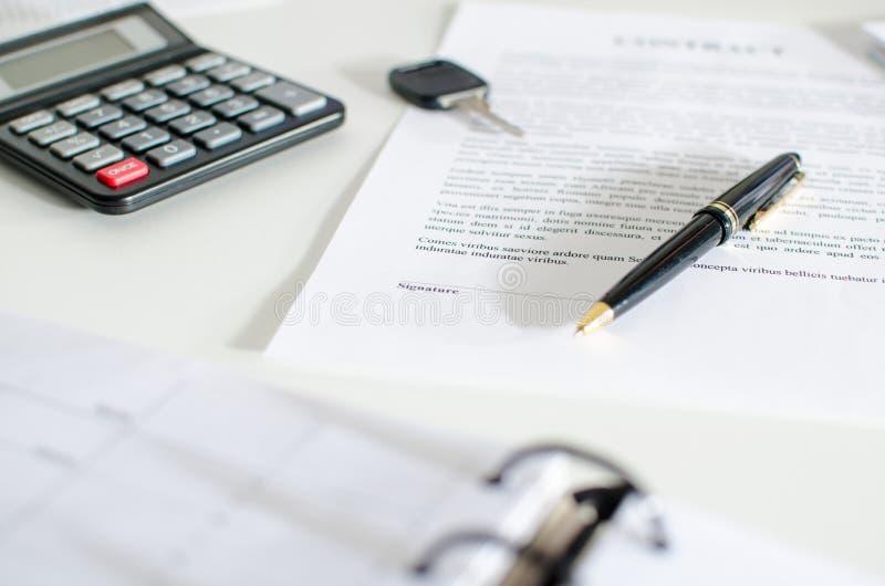 Контракт на продажу, ключ, ручка и калькулятор стоковые фотографии rf