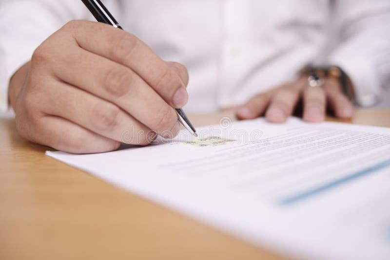 Контракт подписания бизнесмена стоковое фото