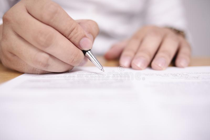 Контракт подписания бизнесмена стоковое фото rf