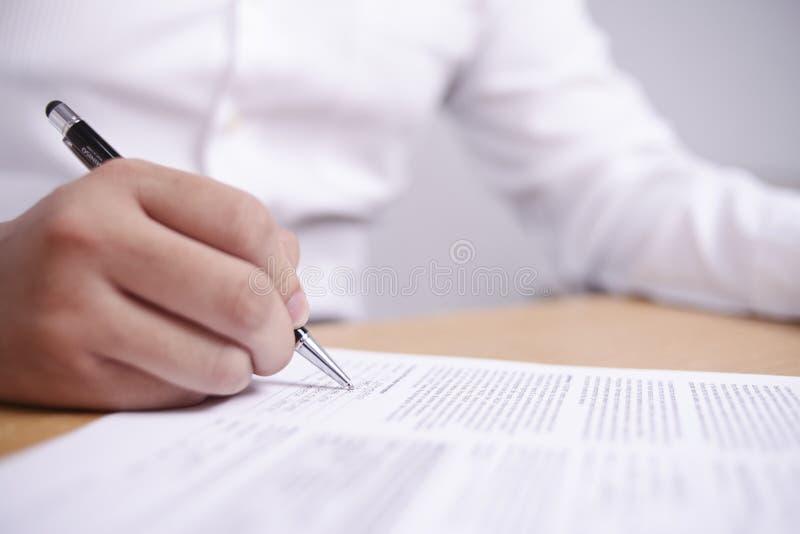 Контракт подписания бизнесмена стоковое изображение rf