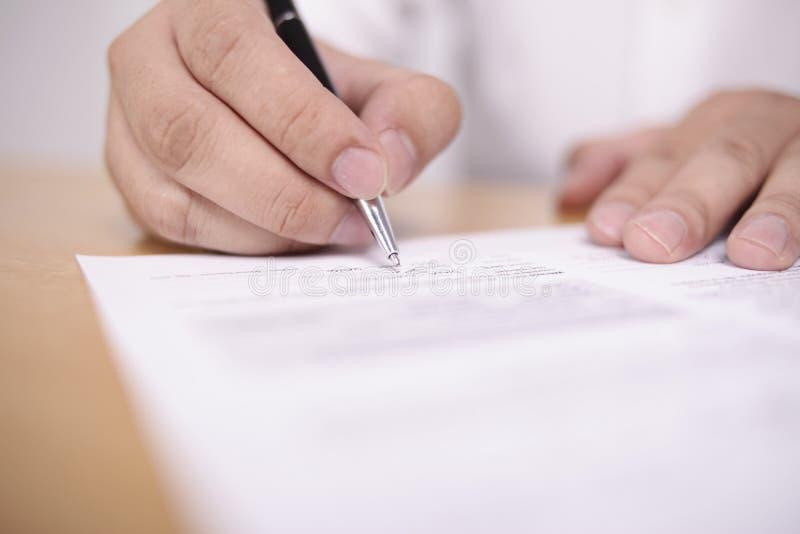 Контракт подписания бизнесмена стоковая фотография rf