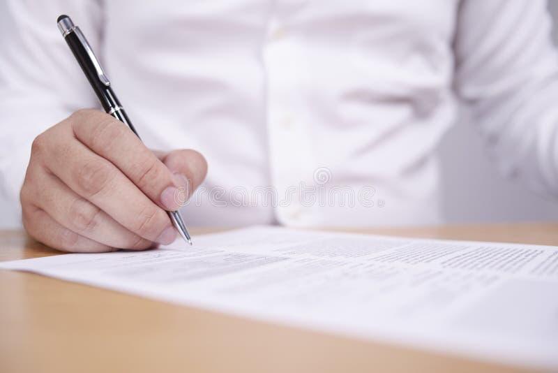 Контракт подписания бизнесмена стоковое изображение