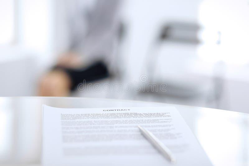 Контракт с ручкой и запачканными бизнесменами на предпосылке, концом-вверх стоковое изображение rf