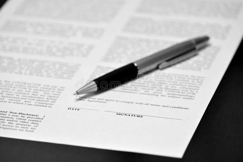 Контракт с ручкой на деловой операции стола стоковые фото