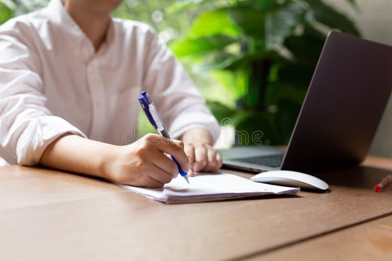 Контракт формы документа руки заполняя с ноутбуком мышь на деревянном столе стоковое фото rf