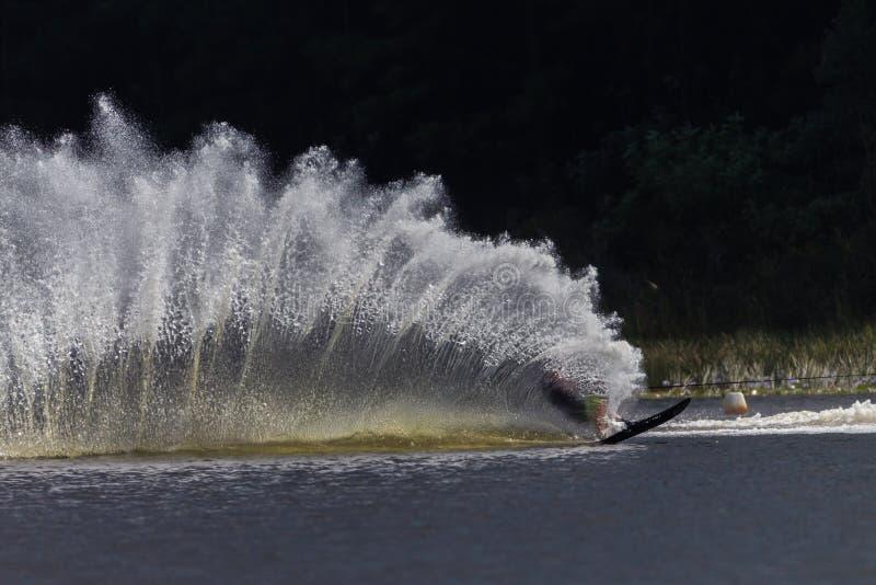 Контрасты брызга бодрствования Вод-лыжи стоковая фотография rf