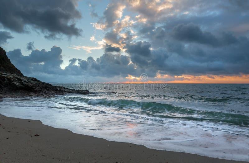 Контрасты восхода солнца, пески Pentewan, Корнуолл стоковое изображение