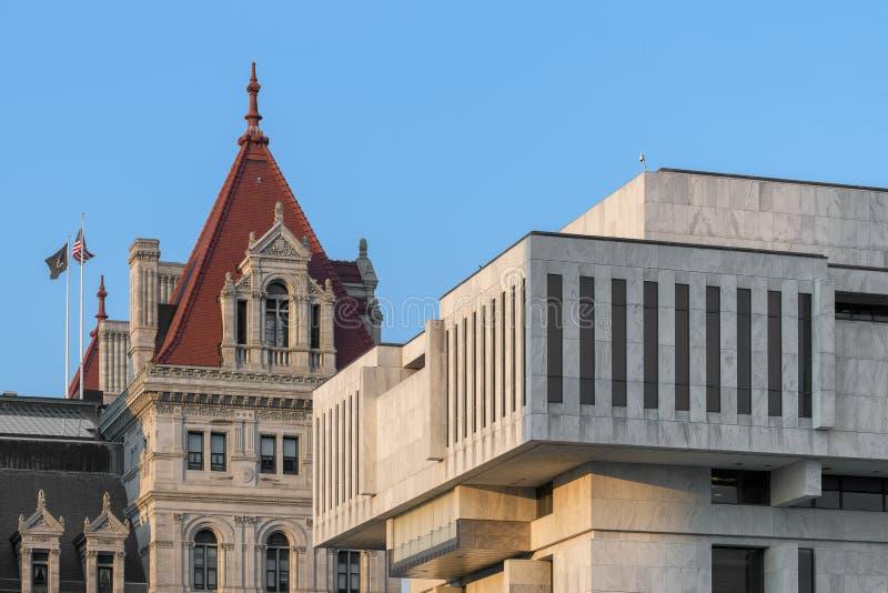 Контрасты капитолия штат Нью-Йорк с современной архитектурой стоковые изображения