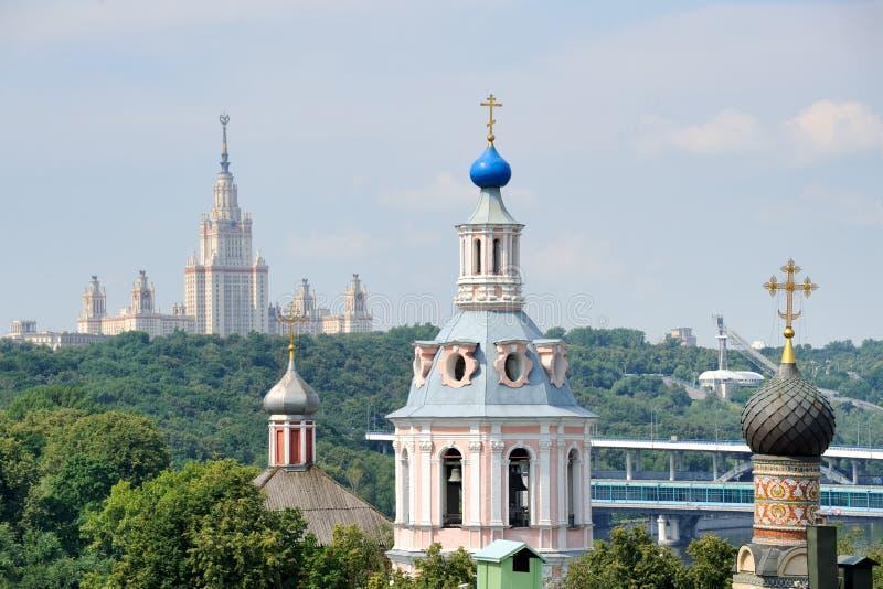 Контрасты церковь †Москвы «и сталинист готическая архитектура стоковое изображение rf