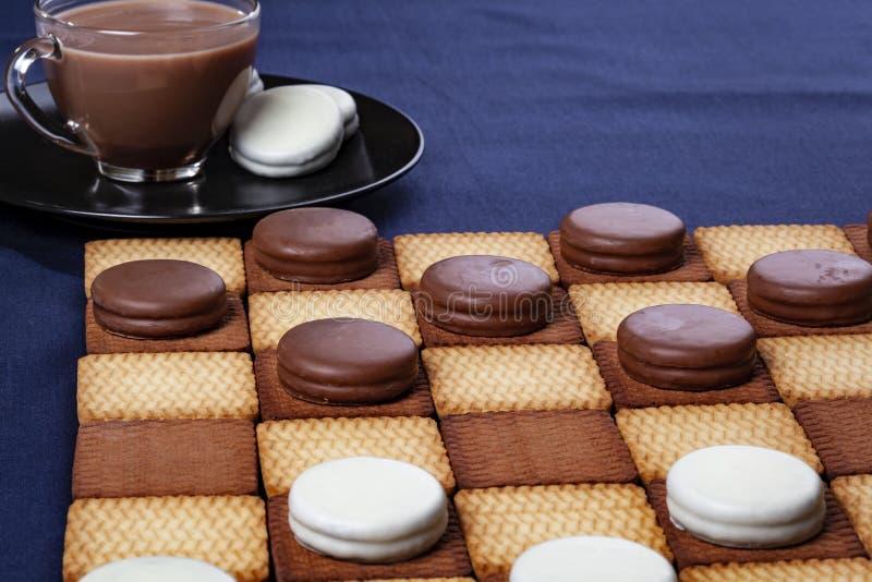 Контролеры и чашка кофе печенья Селективный фокус стоковое фото rf