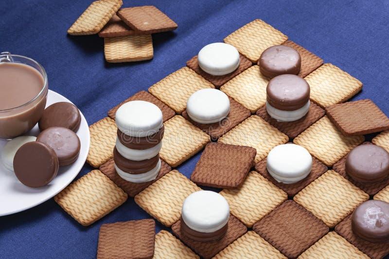 Контролеры и чашка кофе печенья Селективный фокус стоковые фото