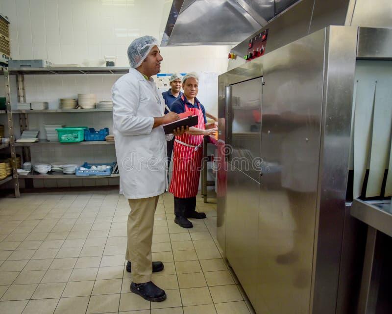 Контролер еды в кухне стоковое изображение